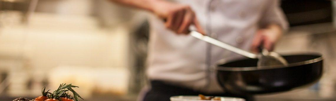 Igienizzare i piani di lavoro nella cucina professionale